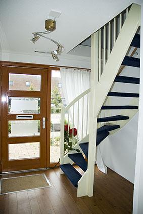 Voorbeeld hal met trap dmgo vastgoed - Huis met trap ...